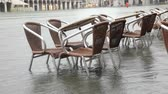 das marés : Chairs and tables in Saint Mark square during the Tide in Venice