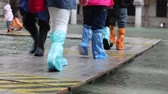 das marés : People with gaiters on the walkway during the flood in Venice