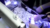 Франклин : People Shine through lanterns hundred-dollar bills in suitcases.