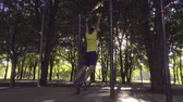 inşaat : The guy does chin-ups Stok Video