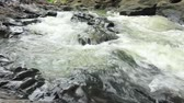 refrescante : A river flows over rocks in this beautiful scene