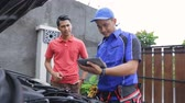 maintenance : techinician help customer fixing his car