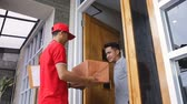 frágil : delivery man delivering box