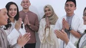 amontoado : group of young muslim smiling together embracing