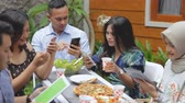 salsichas : people focus on their own smartphone ignoring others