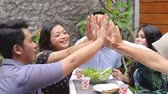 salsichas : friends having good time in the garden. high five Vídeos