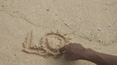 křemen : hands writting an inscriptions love on sand beach Dostupné videozáznamy
