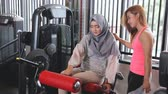 ginásio : Leg extension exercise workout woman hijab