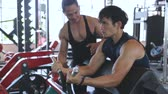 buikspieren : Man doing exercise for biceps with trainer Stockvideo