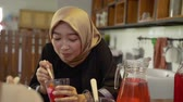 eşarp : hijab women enjoy sweet drink when breaking fast together Stok Video