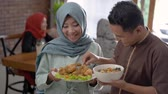 ziyafet : couple served food for friend and family Stok Video