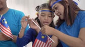 zařvat : kids making malaysian flags together at home with family