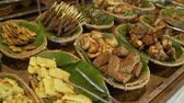 főétel : variety of traditional Javanese dishes are served using banana leaf Stock mozgókép
