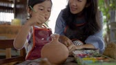 cruche : mother and daughter making ceramic pot Vidéos Libres De Droits