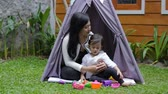 楽しんで : play toys with mother in tent