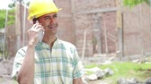 duro : construction worker using mobile phone