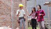 건축업자 : construction worker with the house owner