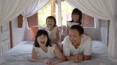 meeliften : Asian happy family and child daughter laughing together