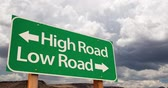 aviso : 4K Time-lapse High Road, Low Road Green Road Sign and Stormy Cumulus Clouds and Rain. Vídeos