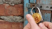 отпереть : To hack Bitcoin private key. The lock opens. Bitcoins security. Secure Bitcoin storage Стоковые видеозаписи