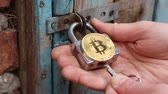 cadeado : Bitcoin lock. Secure Bitcoin storage. Hacking cryptocurrency Stock Footage