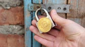 отпереть : Bitcoins on padlock. Cryptocurrency security concept