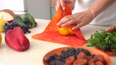 wosk : Reusable Beeswax Food Wraps. Organic fabric covers for food storage. Zero waste Wideo