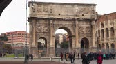 koloseum : Rome, Italy - March 19, 2018: Tourists near the Arch of Constantine. Near the Colosseum Wideo