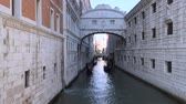 gondoliere : Bridge of Sighs - the name of one of the bridges in Venice through the Palace Canal - the Rio di Palacio. Filmati Stock