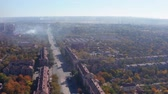 visibilité : Smog over the city. Smoke from the metallurgical plant on the streets. Shooting drone Vidéos Libres De Droits