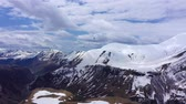 planeur : Paraglider among the snow-capped mountains of the Caucasus. Aerial view Vidéos Libres De Droits