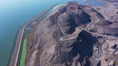 groeve : Slag mountain on the seashore. Pollution. Smog in the city. Aerial view