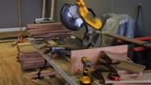 рамка : 1160 Miter Saw, Sawing into Oak Wood .mov