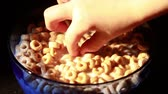 tazon : Comer cereales con cuchara Archivo de Video