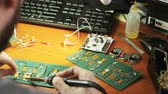 semiconductores : Young Man Doing Repair of the Integrated Circuit Archivo de Video