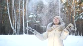 havasi levegő : SLOW MOTION: Happy young woman playing with snow