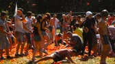 crushed : A battle of tomatoes, People are throwing tomatoes