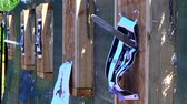 бросать : Throwing knives at the target from an open-air distance, a competition for throwing knives, flying knives, sharp knives fly in a target from the wood stands, slow motion