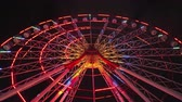 circo : Ferris wheel with colourful illumination carnival spin at amusement park