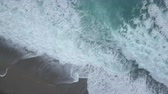 olas rompiendo : Aerial top view of turquoise sea waves foaming and splashing, big waves from above rolling and breaking on empty ocean beach