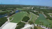 curso : Aerial drone of a lush green golf course with lake Vídeos