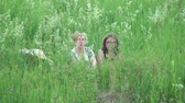 snění : Two women sit in the grass