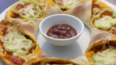 taco : Pizza sombrero mexicano en un plato blanco gira Archivo de Video