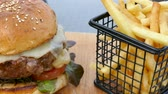 batatas fritas : Beef Burger with french fries