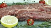 mesa de madeira : Fresh raw beef meat