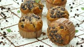 pastelitos : Muffins de plátano con chispas de chocolate Archivo de Video