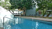 luksus : Outdoor swimming pool in hotel resort Wideo