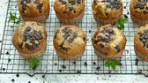 bolinho : Muffins banana chocolate chip Stock Footage