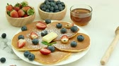 stroop : Pancake with Fresh Berry Stockvideo