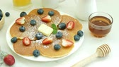 yabanmersini : Pancake with Fresh Berry Stok Video